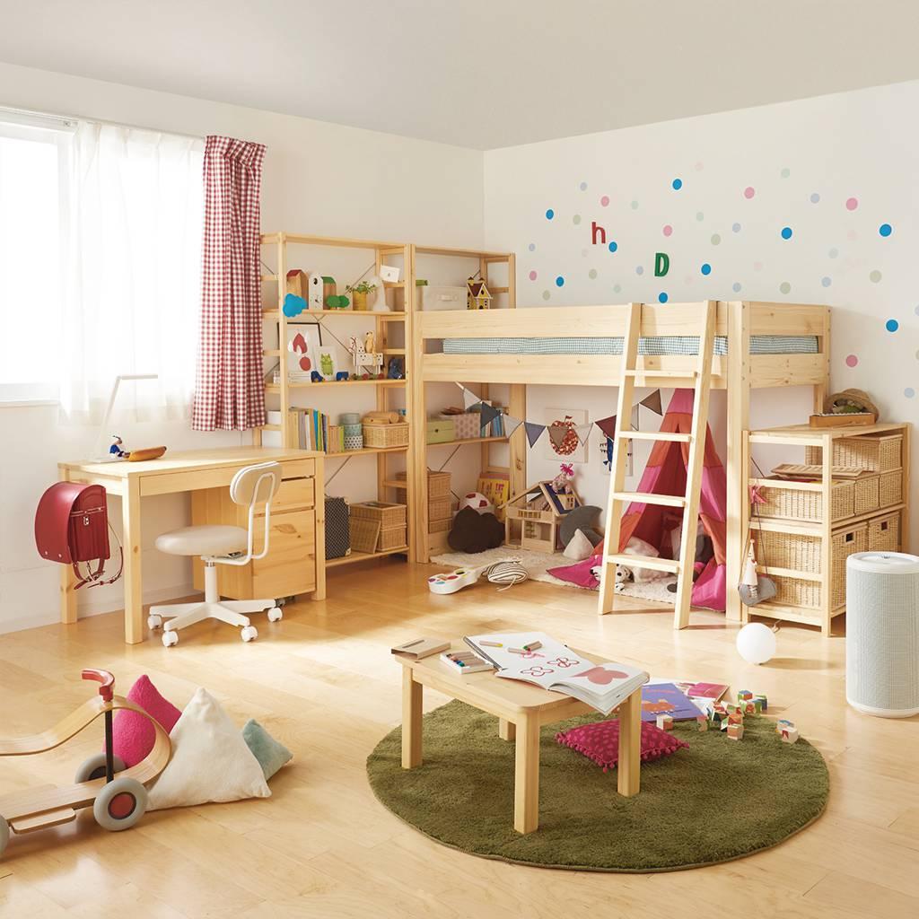同じ幅のパイン材のユニットシェルフとミドルベッドを組み合わせた子供部屋。ベッド下のフリースペースは、お子さまが自由に楽しめるプレイルームや成長に合わせて多様  ...