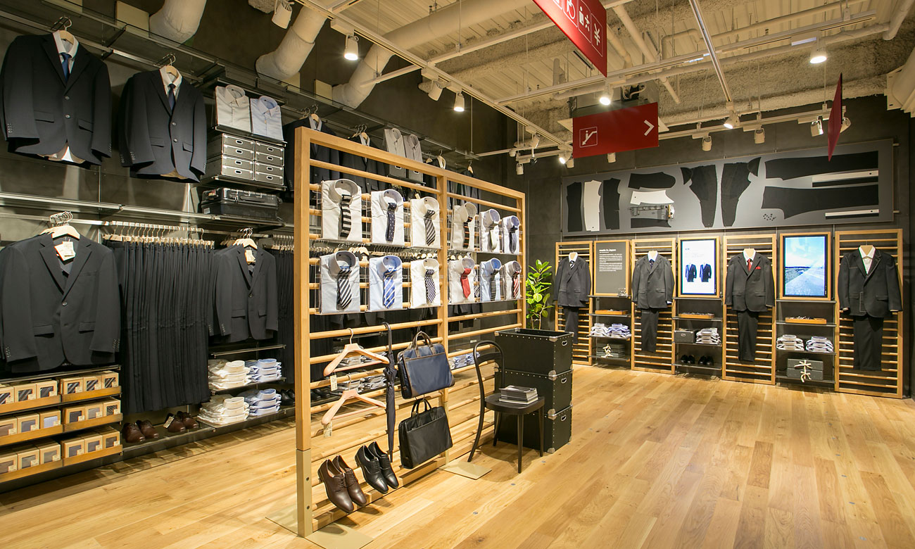 muji stores usa asako shimazaki us president of muji stands in clothing store muji santa. Black Bedroom Furniture Sets. Home Design Ideas