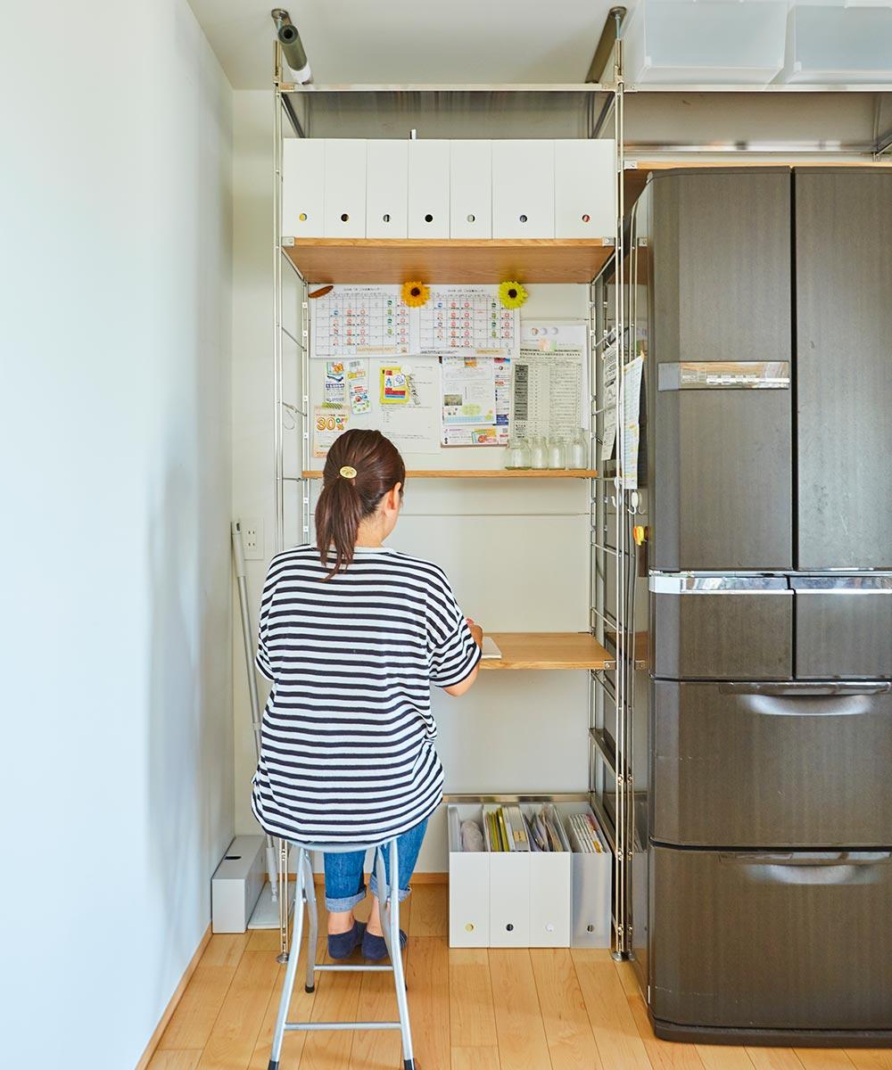 スチールユニットシェルフを組み合わせた、奥様が予定表や家計簿を書くデスクスペース。普段はキッチンの扉で隠れています。