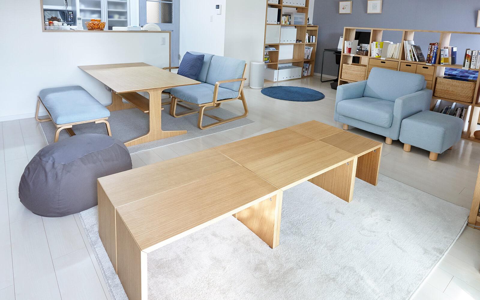 普段は体にフィットするソファを複数置いているリビングですが、人が集まるときは、コの字家具を組み合わせて、簡易的な食卓に。テーブル、椅子、インテリア等を置く  ...