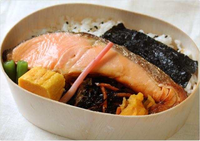 大きな鮭弁当