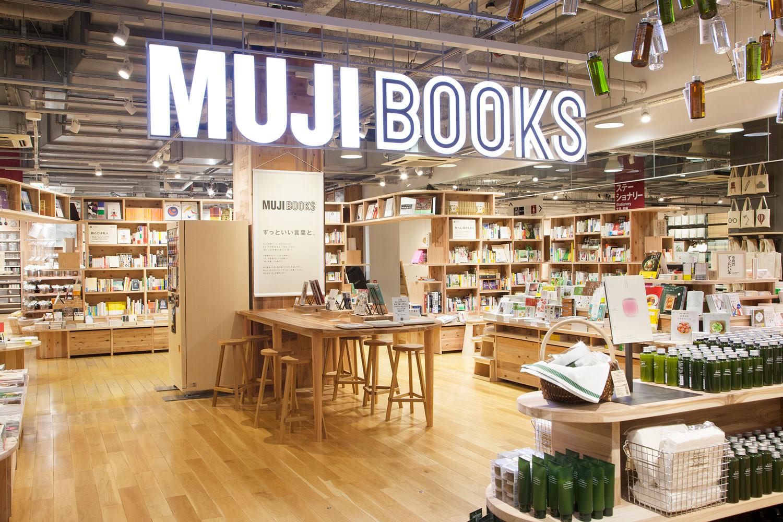 書籍販售區「MUJI BOOKS」是以無印良品相關商品的書籍所建構成的複合式賣場,於有樂町門市的1~3樓各處展開,規模為東日本第一。在採用天然無垢材製作而成的原創書架  ...