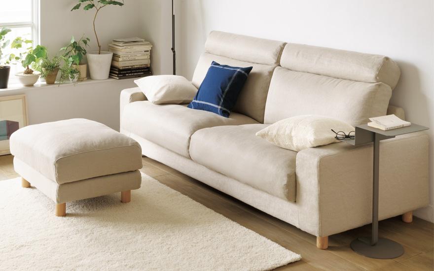 一見すれば寝椅子付きのコーナーソファにしか見えませんが、こちらのソファにも収納部分がついています。  また、下部についているフレームを引き出せばベッドにまで ...