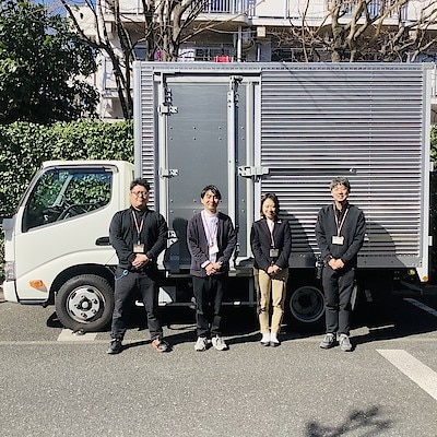 トラックと配送員、インテリアアドバイザーの写真