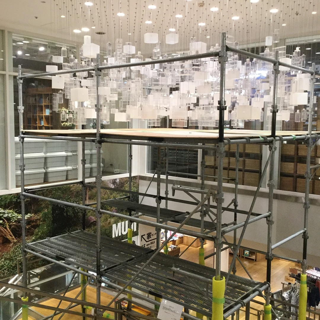 【MUJIキャナルシティ博多】お店のシャンデリアも夏のリフレッシュ