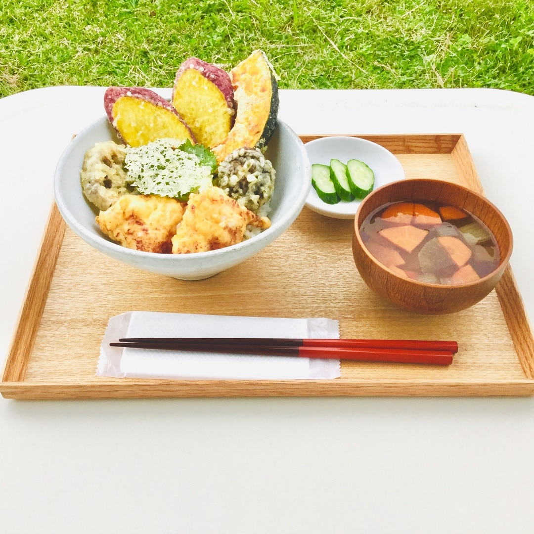 キービジュアル画像:秋野菜の天丼をご用意します | Café & Meal MUJI みんなみの里