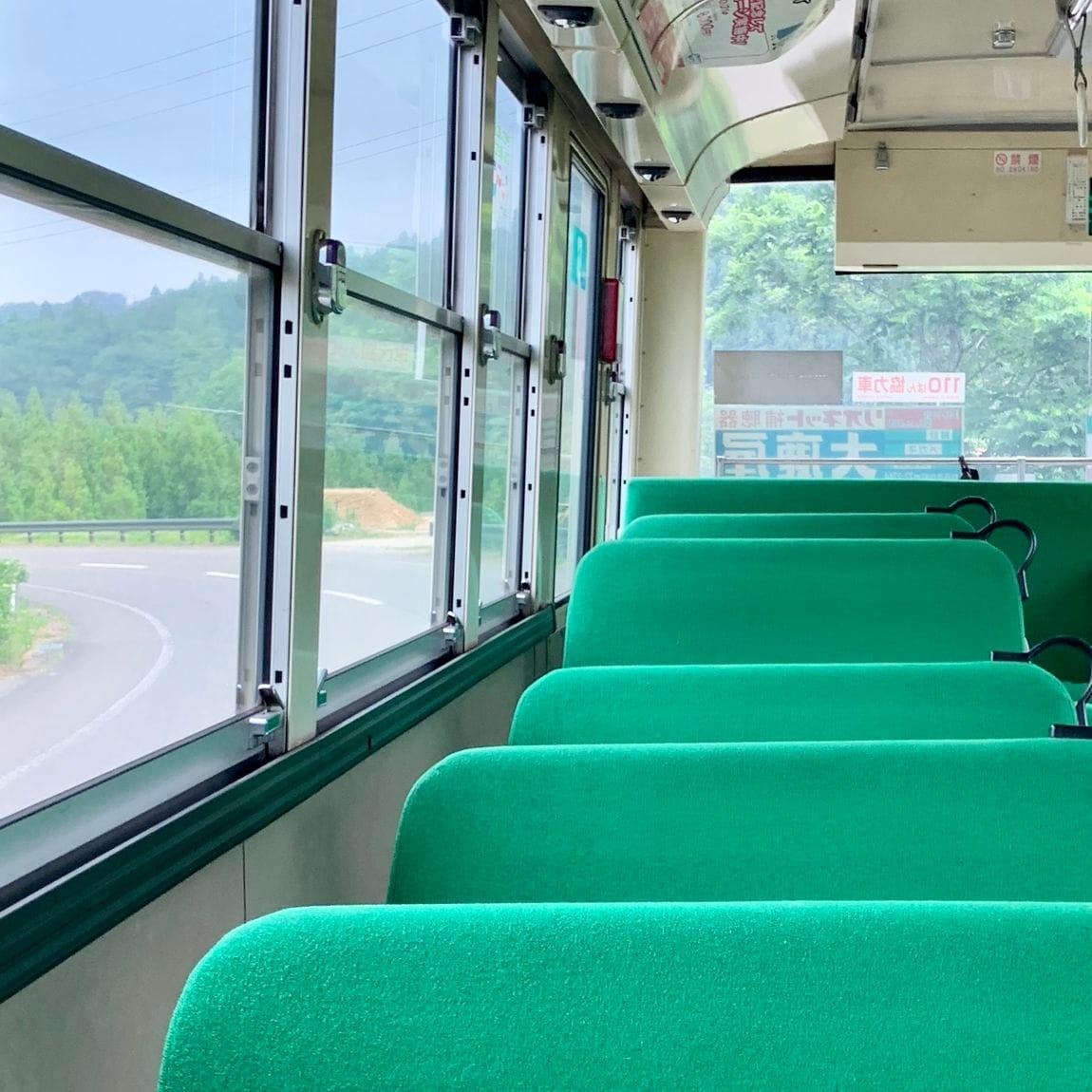 緑色のバス座席が並んでいる