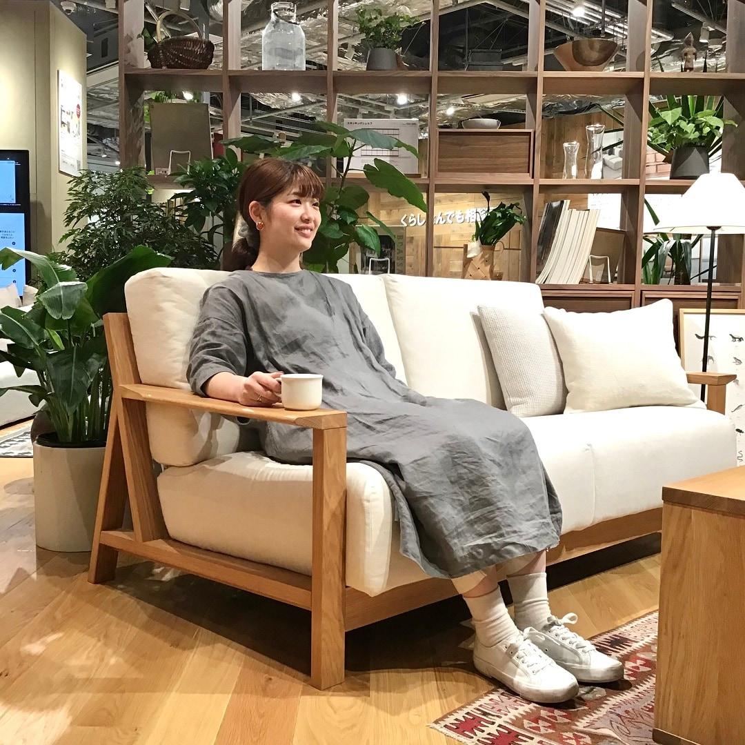 木製ソファに座っている写真