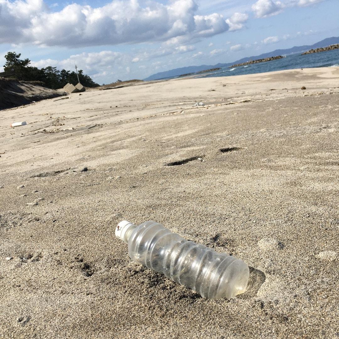 浜辺のペットボトル