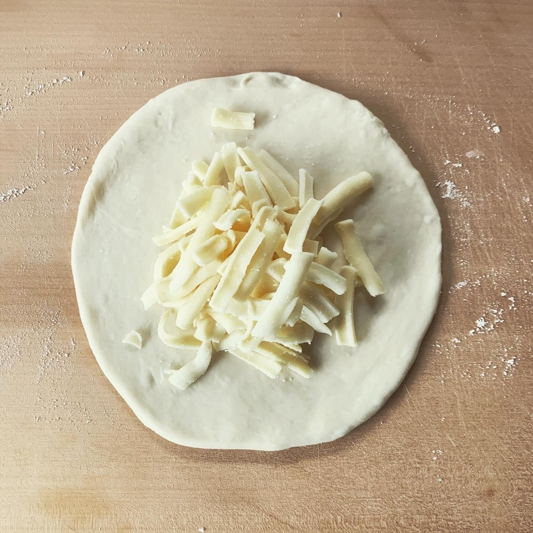 【生地を伸ばしチーズを乗せる】
