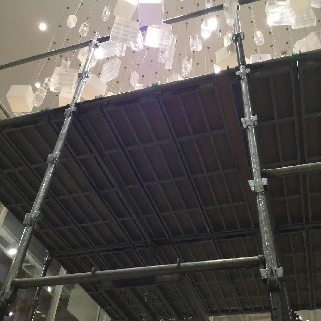【MUJIキャナルシティ博多】足場とシャンデリア