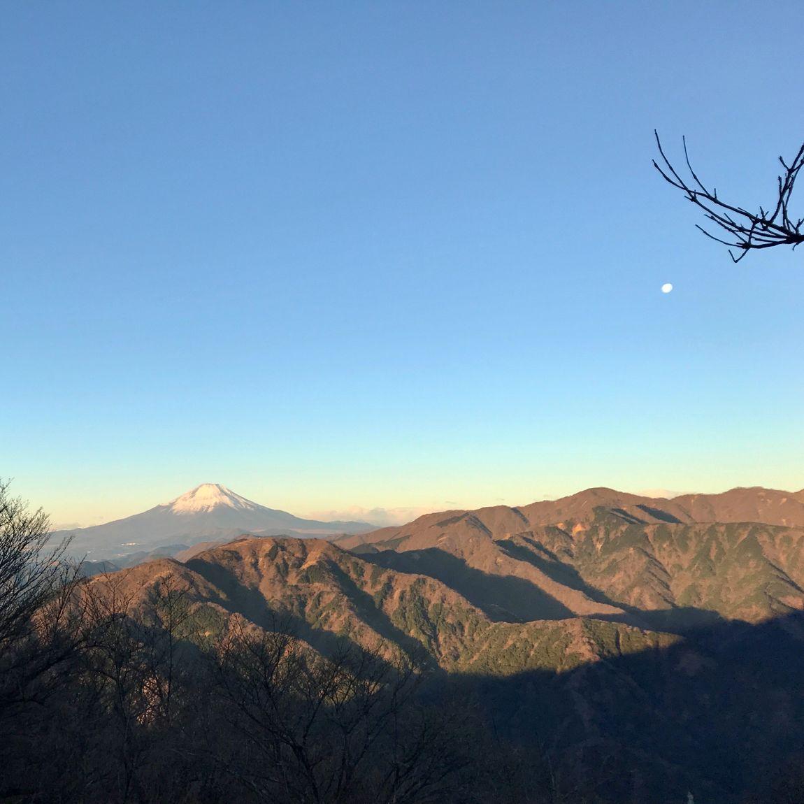 初日の出に照らされる富士山と月