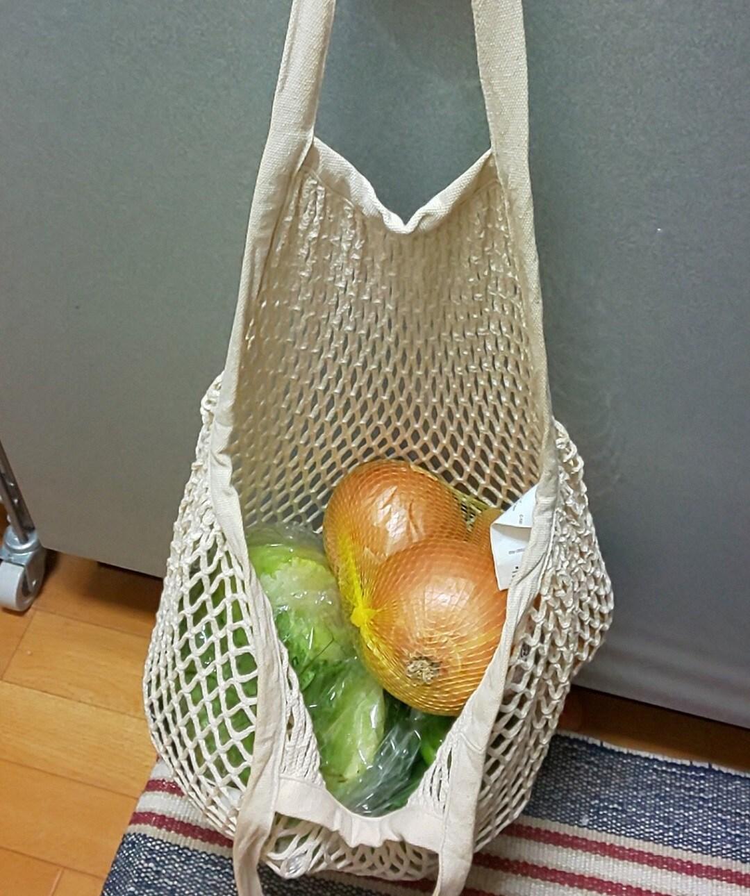 メッシュバッグに野菜を入れる
