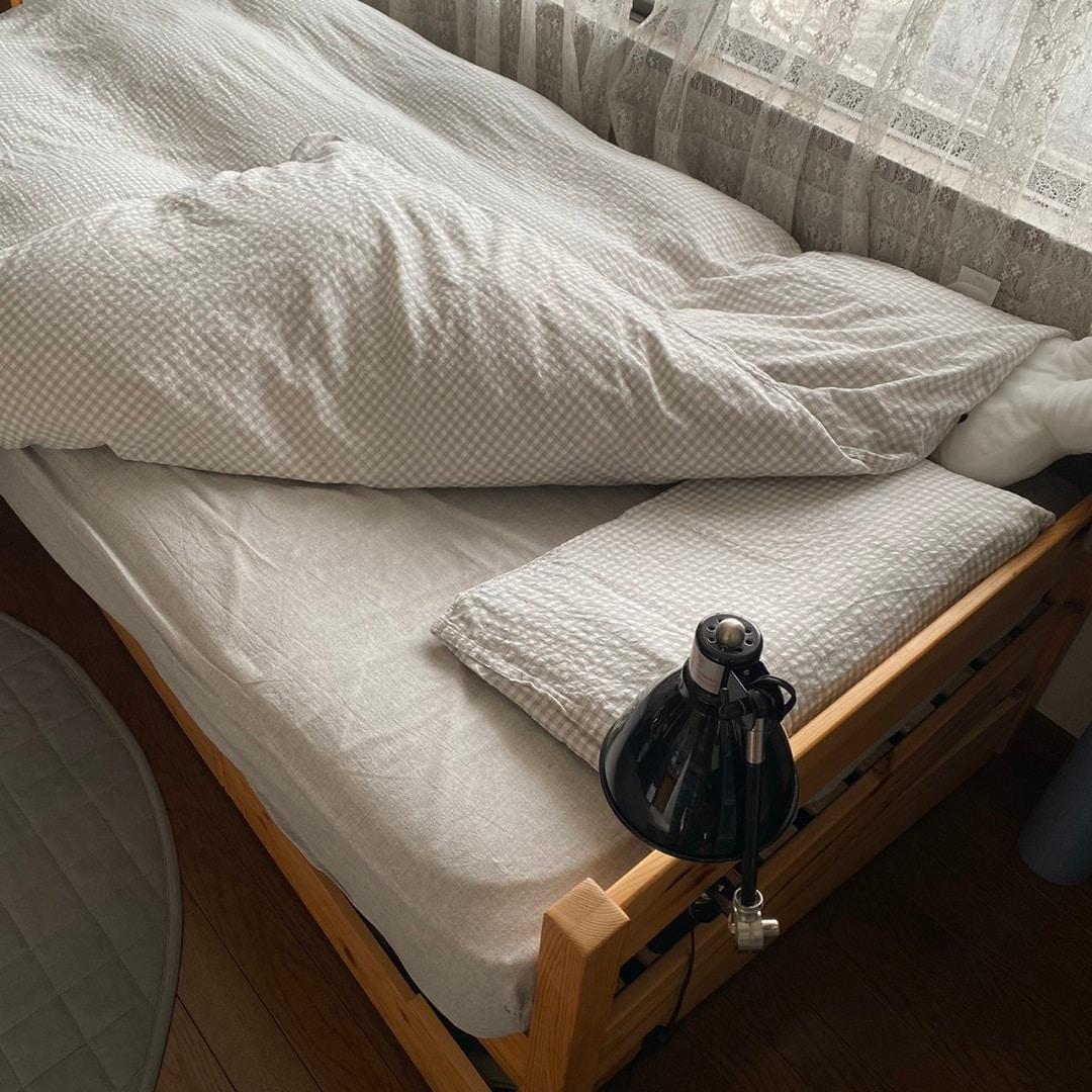 ベッドにカバーを付けている