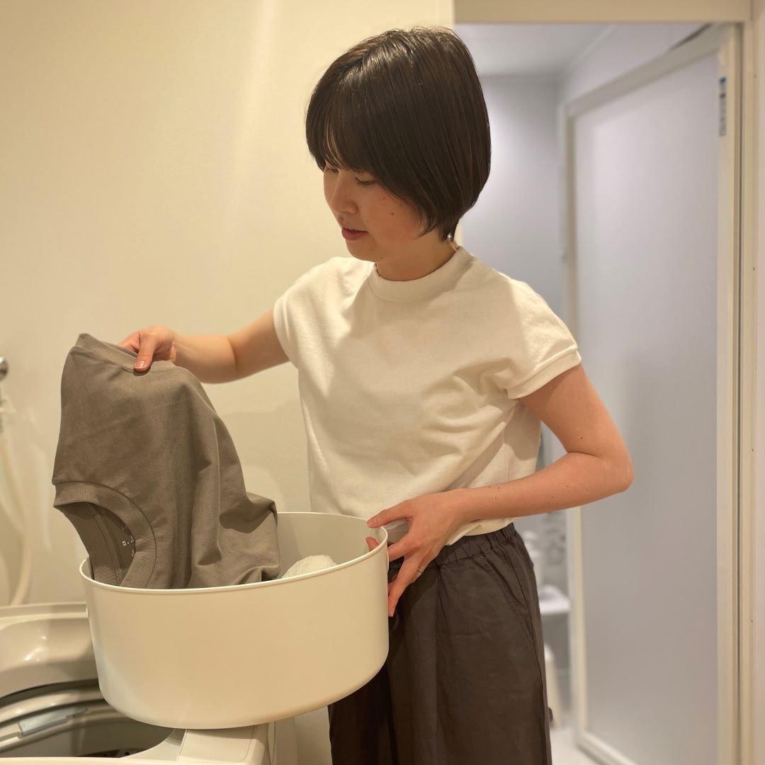 太番手Tシャツを洗濯する女性